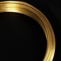 ROLLO ALAMBRE LATÓN. El rollo de alambre de latón es un gran material con el que podrás hacer piezas de joyería, cadenetas, anillos y cualquier manualidad que se te ocurra. #MWMaterialsWorld #alambrelatón #brasswire Material World, Brass, Adhesive, Wire, Rings, Rice