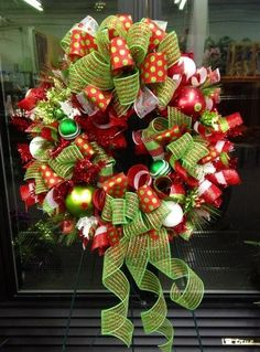 This would be a cute Christmas wreath for my fiancé and I's front apartment door! Christmas