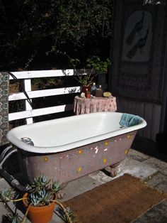 Cottage style outdoor bathtub