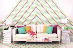 Essa parede foi decorada com Washi Tape, uma fita adesiva decorada e com inúmeras opções de cores. Dá para criar muita coisa com essas belezinhas!