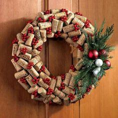 Weihnachtsdekoration an der Haustür-einen Weihnachtskranz aus Korkverschlüssen binden