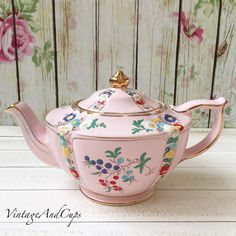 Idr 3.300 Sadler pink handpainted. Has some crazing in the spout, otherwise in very good condition.