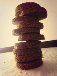 Biscotti al caffè 100g farina integrale,100g farina 0, 20g frumina, 80g mandorle tritate  40g zucchero mascobado, 6 C olio mais, 1 tazzina di caffè 2 c di cacao in polvere, 2 c di caffè macinato Mescolare x bene tutti gli ingredienti e formare una palla che si lascerà riposare al fresco x circa 30 minuti. Stendere allo spessore di circa mezzo cm e quindi ritagliare con la forma desiderata e infornare i biscotti in forno caldo e con modalità statica x circa 15/20 minuti a 170 gradi.