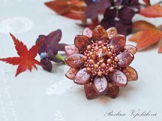 podzimní květy z mačkaných korálků Wavy Leaf a broušených korálků z podzimní kolekce od Rutkovsky Beads spolu s rivolkami MATUBO BEADS , korálky Toho a Miyuki Beading, Place Cards, Place Card Holders, O Beads, Beads, Pearls, Seed Beads, Ruffle Beading