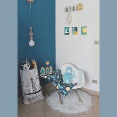 Collezione per cameretta tema mare: una lampada, un appendiabiti, un sacco giochi, tre quadretti, una decorazione, una coperta e un cuscino di IlluminoHomeIdeas su Etsy