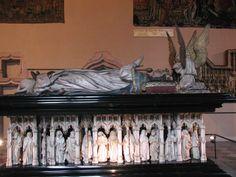 Sepulcro de Felipe el Atrevido del Museo de Dijón. Jean de Marville (1384) pero finalizaron la obra Claus Sluter (1404) y Claus Werwe.destacan los plañideros que parecen circular en el espacio de una galería gótica.  Tumba del obispo Ramón Escales realizada por Antoni Canet para la Catedral de Barcelona (1409-1412) . Sigue un nuevo modelo en el que se añaden plañideros en los laterales -Escultura gótica francesa del S.XIV-XV.