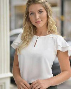 Blusa elegante bergs liar women in 2019 Blouse Styles, Blouse Designs, Top Chic, Beautiful Blouses, Blouse Dress, Facon, Work Attire, Fashion Outfits, Womens Fashion