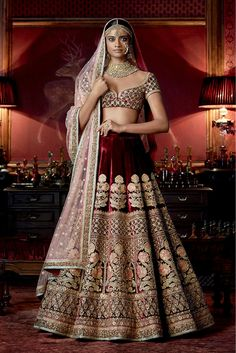 Check out Sabyasachi Bridal Lehenga designs collection that are perfect wedding lehenga for the bride to be. Look gorgeous in these elegantly crafted Sabyasachi Bridal lehengas. Sabyasachi Lehenga Bridal, Indian Bridal Lehenga, Indian Bridal Wear, Indian Wedding Outfits, Bridal Outfits, Indian Outfits, Bridal Dresses, Sabhyasachi Lehenga, Heavy Lehenga