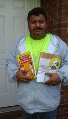 Salomón de Nova nos envía su foto con dos de nuestros libros para nuestro albúm