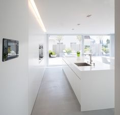 Simple lines, clear structures and plain shapes. Colour concept: White A house in Switzerland: discreet design in combination with HI-MACS® Haus in Bronschhofen, Schweiz Kitchen Interior, Interior Design Living Room, Home Interior, Küchen Design, House Design, Interior Minimalista, Scandinavian Kitchen, Cuisines Design, Kitchen Remodel