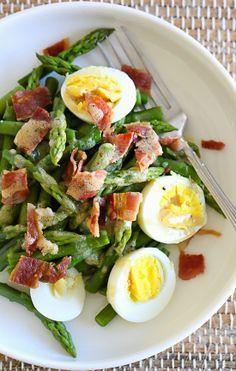 Prueba esta fácil y simple receta para acompañar tus comidas. Espárragos, huevo duro y crujiente tocino con vinagreta Dijon.