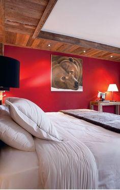 Du rouge pour une chambre à la montagne - Nouvelle déco à la montagne - CôtéMaison.fr