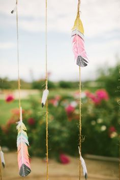 Southwest-inspired wedding with painted feather ceremony backdrop. Diy And Crafts, Crafts For Kids, Arts And Crafts, Southwestern Wedding, Southwestern Style, Feather Painting, Feather Art, Wedding Ceremony Backdrop, Jolie Photo