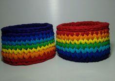 Dois cestos feitos em crochê com fio de malha, ótimo para organizar qualquer cantinho, nas cores do arco-íris pra compor a decoração com alegria.    Medida: 15x9