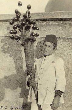 Bir çocuk elma şekeri satıyor ( tarih tahminen 1923) Kınalıada& Orhan GENEL