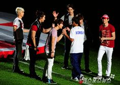 [NEWS//XPORTSNEWS] 2pm performing for friendly soccer match between South Korea & New Zealand! #2PM #Junsu #Nichkhun #Taecyeon #Wooyoung #Junho #Chansung © http://xportsnews.hankyung.com