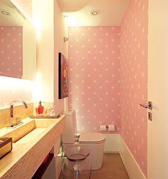 Em um apartamento de cores intensas, a arquiteta Carol Lovisaro, da Lovisaro Arquitetura e Design, criou um lavabo todo em cor-de-rosa com um papel de parede. A iluminação de xenon, embutida atrás do espelho, tem uma luz mais suave e evita que a cor se torne cansativa. Foto: Revista Casa e Jardim