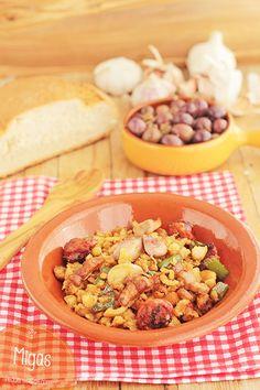 Las migas es una receta tradicional que se elabora con pan del día anterior, y que como acompañamiento tiene muchas variantes: migas con uvas, migas con matanza...