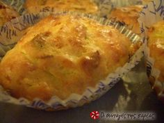 Muffins με κολοκυθάκια plus anitho and bacon Greek Appetizers, Savory Muffins, Greek Dishes, Savoury Baking, Party Food And Drinks, Vegetarian Cheese, Greek Recipes, Cake Pans, Food To Make