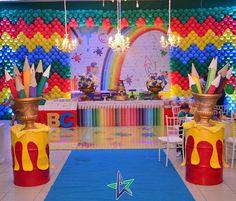 """58 curtidas, 7 comentários - Decorador Vinício Pires (@decorador_viniciopires) no Instagram: """"Um mundo colorido, marcados por momentos felizes, essa turminha pintou o sete na linda festa de…"""" Rainbow Birthday Party, Art Birthday, Boy Birthday Parties, Curious George Party, Art Classroom Door, Art Party Decorations, Graduation Crafts, Paint Themes, Paint Party"""
