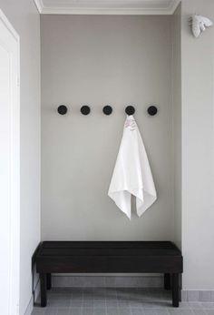 Kylpyhuoneen harmaa seinusta korostaa hienosti pyyhkeen puhtaanvalkeaa sävyä…