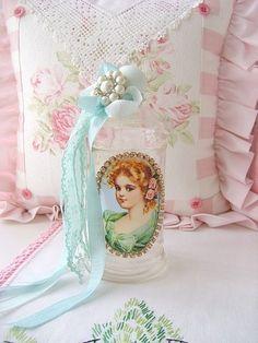 Pretty bottle Shabby Chic Crafts, Shabby Chic Homes, Shabby Chic Style, Shaby Chic, Bohemian Style, Shabby Vintage, Vintage Pink, Vintage Rhinestone, Bottle Art