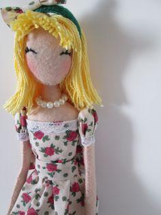 Boneca em feltro, com 45 cm de altura da Caseando Felicidade