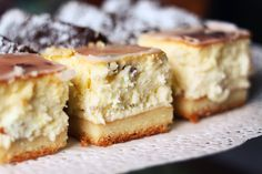 Kitchen frills: Cheesecake on a biscuit with raisins and lemon icing Holiday Desserts, No Bake Desserts, Delicious Desserts, Yummy Food, Polish Desserts, Polish Recipes, Sweet Recipes, Cake Recipes, Dessert Recipes