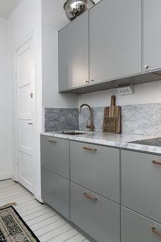 How to put your kitchen credenza? Kitchen Buffet, Kitchen Shelves, Kitchen Decor, Kitchen Cabinets, Dark Cabinets, Kitchen Interior, Interior Design Living Room, Living Room Decor, Kitchen Design Open