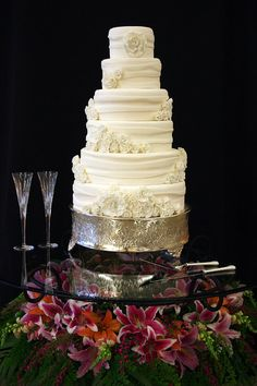 Clear Glass wedding cake table.....it looks pretty!