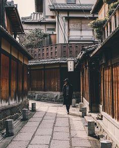 ". . . Kyoto/JPN ""street portrait"" . . . シャッターきれなくなった FM2は修理行きとなりました。 修理期間中、不便だと思うからこれ使っててくださいと代替え機を提供してくれる素敵なカメラ屋さんに感謝です🙏🙏🙏 . . . . . #indies_gram . . . . #streetdreamsmag#team_jp_#PHOS_JAPAN#heatercentral#bestjapanpics#depthobsessed#lovers_nippon_portrait#MG5k#ig_photooftheday#instagramjapan#houseoftones#Agameoftones#way2ill#inspirationcultmag#IGersJP…"