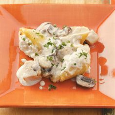 Chicken Alfredo Stuffed Shells - Definitely a keeper. Used less noodles lb), possibly more chicken, white mush., filled a and made more sauce. Used egg yolk in sauce too - as in a more authentic Alfredo recipe. Chicken Alfredo Stuffed Shells, Stuffed Shells Recipe, Stuffed Pasta Shells, Chicken Pasta, Baked Chicken, Great Recipes, Favorite Recipes, Alfredo Recipe, Alfredo Sauce