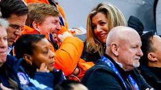 Koning Willem Alexander vermaakt zich prima met Maxima.