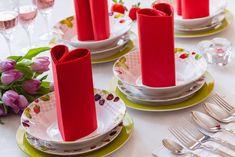 Jaro je skvělým obdobím nejen pro obměnu šatníku, ale také jídelní soupravy. Porcelánová sada talířů MARIKA vás zaujme hravým motivem lesních plodů a svěží zelenou barvou. Skvěle si bude rozumět s červenými ubrousky, složenými třeba do tvaru srdce. Návod na skládání najdete na našem blogu.