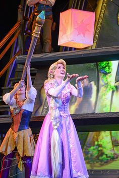 I don't really care about Rapunzel in this picture. I just love the girl's costume in the back, the one holding the giant paintbrush....