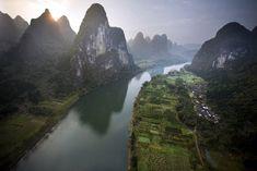 Descenso del río Li entre las grandes formaciones kársticas del valle de Yangtse, China