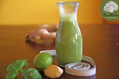 Getränk zum entgiften und entschlacken mit Ingwer, Apfel, Zitrone und Wasser