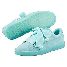 <p>The Suede Heart Reset is a unique take on the famous PUMA Suede, featuring a bow-like lacing system.</p><p>Features</p><ul><li>Suede upper</li><li>Padded collar and tongue for maximum comfort</li><li>Rubber outsole</li><li>Pack includes a second fat woven bow lacing</li></ul>
