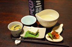 【舞茸と葱のテリーヌ】お客さまと呑む時に作りたくなる自家製のテリーヌ。優しいコンソメの味と舞茸の組み合わせが日本酒にも合うのです。人参と若布山椒の和え物、小松菜のクリーム煮もつまみながら、ゆっくりと日本酒を味わう酉の月。今日のお酒は、滋賀・美冨久酒造の「三連星」無濾過生原酒です。