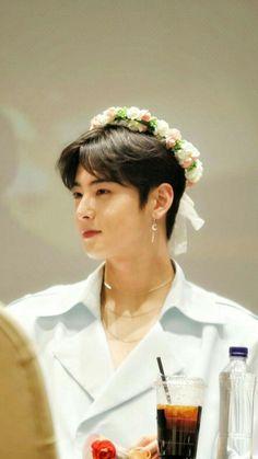 The look in that 👀 and that earing in the 👂 Cute Asian Guys, Cute Korean Boys, Cha Eunwoo Astro, Astro Wallpaper, Good Looking Actors, Lee Dong Min, Handsome Korean Actors, Kento Yamazaki, Korean K Pop