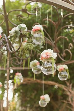 Hanging flower, wedding decor, shabby chic style, casamento no campo Hanging Flower Arrangements, Hanging Flowers, Diy Flowers, Wedding Flowers, Flower Vases, Floral Arrangements, Flowers Decoration, Flower Diy, Deco Champetre