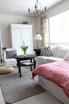 Mäkisen kauppa: Vaihto pöytä Salon Interior Design, My Living Room, Blankets, Accent Chairs, Sweet Home, Shabby Chic, Couch, Furniture, Home Decor