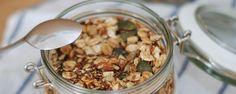 Müsli selber machen geht ganz einfach mit einem Rezept für ein Vanille Mandel Granola von Schnuckbar. Hier gehts zum Rezept für das Vanille Mandel Granola.