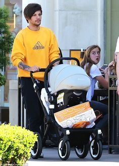 One Direction's Louis Tomlinson steps out with baby Freddie in LA One Direction Louis Tomlinson, Louis Tomlinson Father, Grupo One Direction, I Love One Direction, Louis Tomlinsom, Louis And Harry, Danielle Campbell, One Direction Pictures, Harry Styles Pictures
