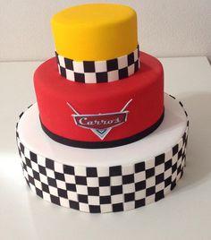 Bolo Fake E.V.A. Carros Disney Cars Cake, Disney Cars Party, Disney Cars Birthday, Lightning Mcqueen Birthday Cake, Lightning Mcqueen Cake, Birthday Party Snacks, Cars Birthday Parties, Bolo Backyardigans, Festa Hot Wheels