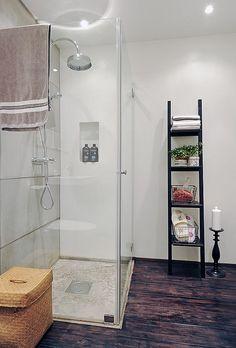 spacious-apartment-shower