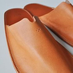 033014 Leather Slippers For Men, Leather School Bag, Leather Projects, Leather Crafts, Shoe Crafts, Leather Pattern, Leather Design, Leather Accessories, Leather Working