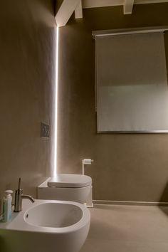 Illuminazione moderna e minimale. Profilo a LED angolare  permette di illuminare uno spazio senza sfruttare il soffitto. Illuminazione diffusa e d'effetto.  Éclairer un espace avec un profil angulaire, sans utiliser le plafond.  #originalideas #bagno #sanitari #luce #ideeilluminazione #ledlines #bathroom #bathroomideas #angularlight #ledline #verticallight #eclairage #salledebain #rubanled #toit #bois Modern Lighting, Lighting Design, Classic Bathroom, Apartment Design, Home And Living, Bathroom Lighting, New Homes, Minimalist, Lights