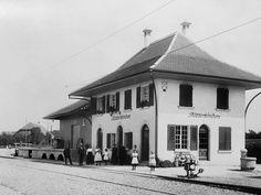 Bahnhof Bätterkinden BE  Schwarz-weiss-Bild Alter Bahnhof, Frauen in weissen Röcken