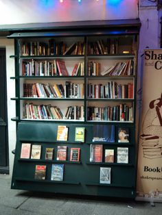 Book Stall outside Shakespearean BookStore (photo by Bonnie)
